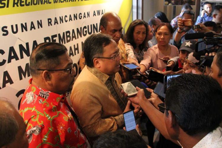 Menteri Perencanaan Pembangunan Nasional (PPN)/ Kepala Bappenas,  Bambang Brodjonegoro saat memberikan keterangan kepada waratwan di Hotel Santika Ambon, Kamis (12/9/2019).