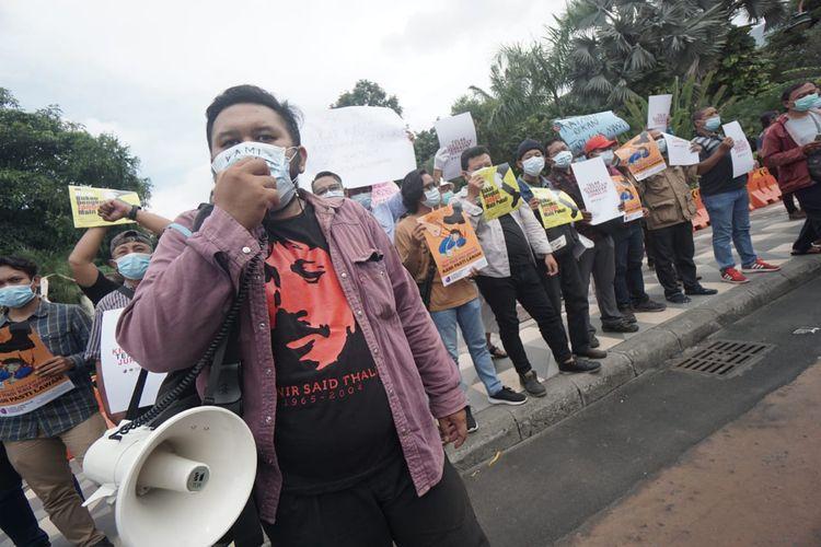Sejumlah jurnalis di Surabaya yang terdiri dari berbagai organisasi profesi menggelar aksi solidaritas untuk jurnalis Tempo, Nurhadi yang mengalami tindak penaniayaan. Aksi solidaritas dilakukan di depan Gedung Negara Grahadi, Senin (29/3/2021).
