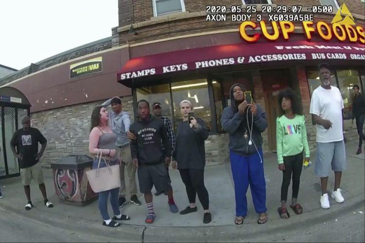 Gambar dari rekaman bodycam polisi pada 25 Mei 2020, menunjukkan orang-orang merekam penangkapan George Floyd di Minneapolis, Amerika Serikat. Darnella Frazier (ketiga dari kanan membawa ponsel) menangis di sidang pada Rabu (31/3/2021) karena menyesal tak bisa banyak membantu.