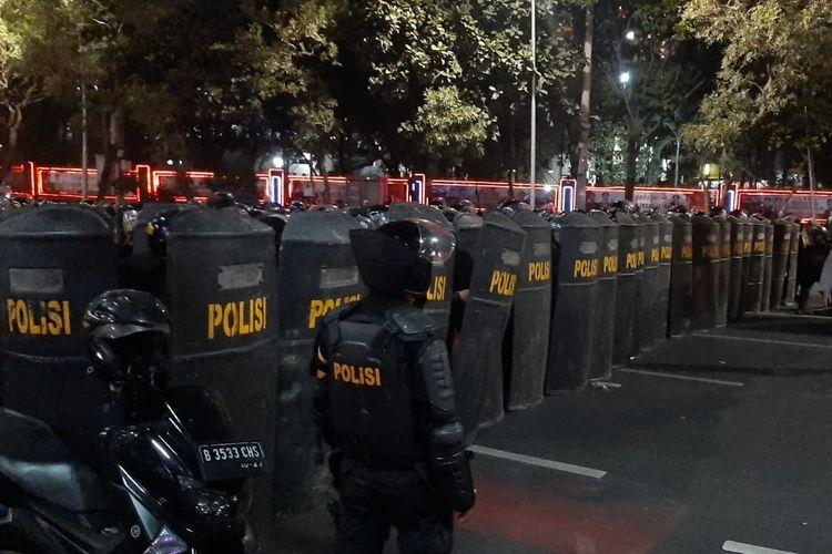 Pasukan polisi dikerahkan membentuk barikade di Simpang Susun Semanggi untuk mengamankan Gedung DPR/MPR RI, Jakarta Pusat, Selasa (24/9/2019). Massa mahasiswa diketahui berunjuk rasa menolak pengesahan UU KPK dan RKUHP.