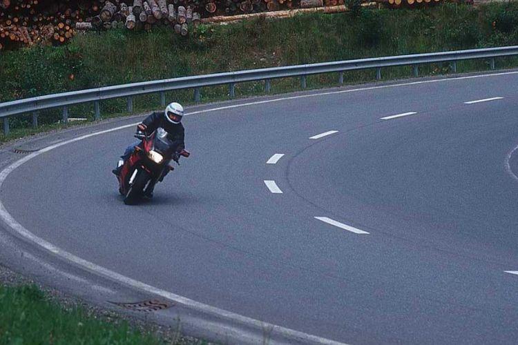 Jangan Gaya-gayaan Belok ala MotoGP, Ini Bahayanya