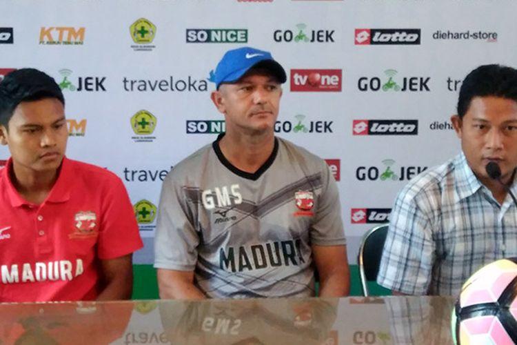 Fandi Eko Utomo (kiri) dan Gomes de Oliviera (tengah) dalam sesi jumpa pers, Kamis (20/4/2017).