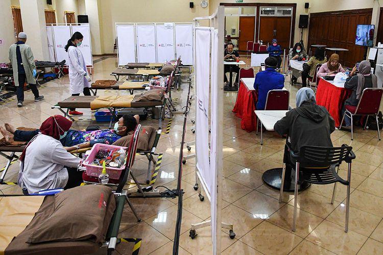 Pendonor sukarela mendonorkan darahnya melalui Unit Tranfusi Darah (UTD) Palang Merah Indonesia (PMI) DKI Jakarta, di Jalan Kramat Raya, Jakarta, Selasa (31/3/2020). Menurut Wakil Kepala Unit Transfusi Darah PMI Provinsi DKI Jakarta Ni Ken Ritchie, meluasnya pandemi COVID-19 menyebabkan stok darah menurun hingga 90 persen untuk seluruh golongan darah.