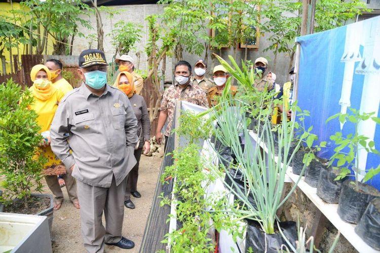 Pemerintah Provinsi Gorontalo mewajibkan warga penerima bantuan untuk berkebun sayur di pekarangan rumah. Gubernur Gorontalo Rusli Habibie melihat langsung kebun sayuran  milik keluarga Jerman Rahman di Tilango Kabupaten Gorontalo.
