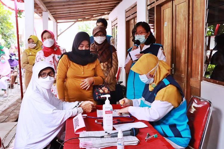 Seorang lansia menjalani skrining sebelum mendapatkan vaksin covid-19 di Kecamatan Selogiri, Kabupaten Wonogiri, Jawa Tengah.