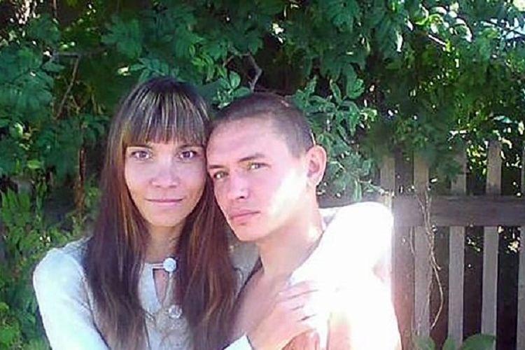 Oksana Poludentseva (kiri) dan suaminya, Stepan Dolgikh. Poludentseva dilaporkan tewas pada hari pernikahannya karena dihajar oleh sang suami sebagai akibat dari cemburu.