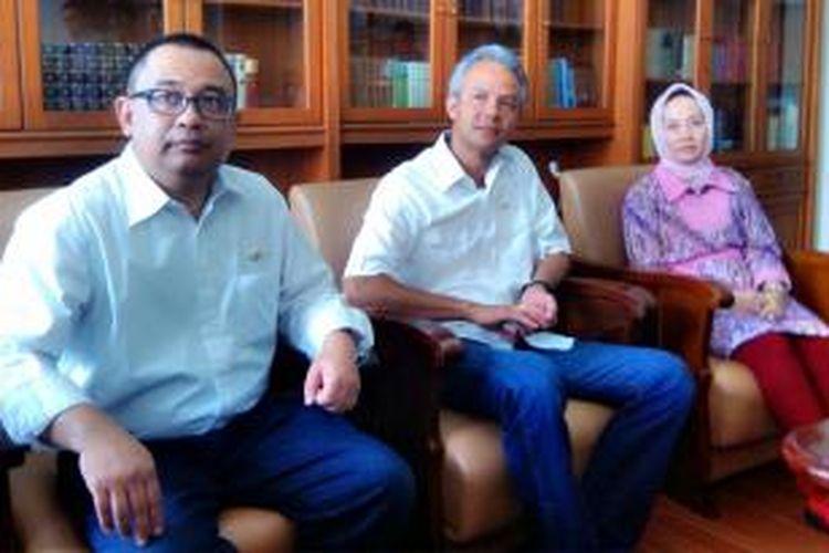 Gubernur Jawa Tengah Ganjar Pranowo (tengah) dan Rektor Universitas Gadjah Mada Dwikorita Karnawati (kanan) saat jumpa perss seusai acara Pelantikan Pengurus Pusat Kagama di Balai Senat UGM, Minggu (14/12/2014).