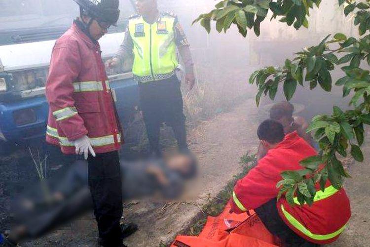 Koh Awi (67) ditemukan meninggal dunia saat warga Kupang Teba memadamkan kebakaran di bagian belakang eks gudang Dinasti Tour, Minggu (22/9/2019). Diduga, lansia itu kaget dan meninggal dunia karena api membesar saat membakar sampah. (Foto: Humas Polresta Bandar Lampung).