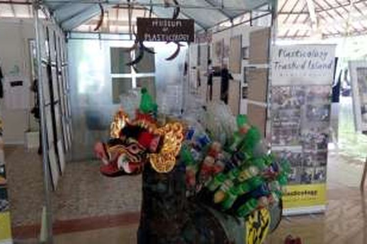 Karya seni dari sampah plastik yang dibuat oleh komunitas Plasticology dipamerkan di acara Mabesikan Festival, di Denpasar, Bali, Sabtu (22/10/2016).