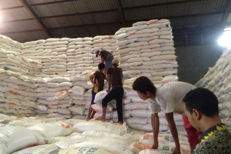 Para pekerja di Gudang Bulog, Kelapa Gading, Jakarta, menata tumpukan beras, Kamis (27/2/2020).