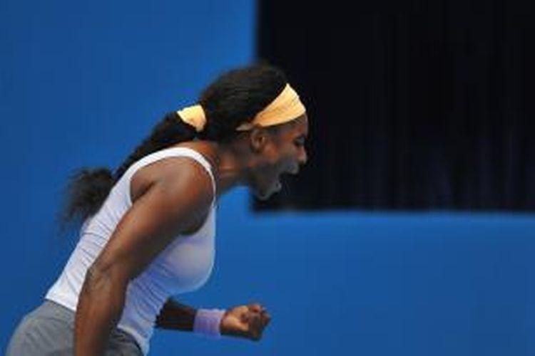 Petenis Amerika Serikat, Serena Williams berteriak setelah meraih poin atas Maria Kirilenko dari Rusia, saat bertemu di babak ketiga China Open, di Beijing, Kamis (3/10/2013). Williams menang 7-5,7-5.