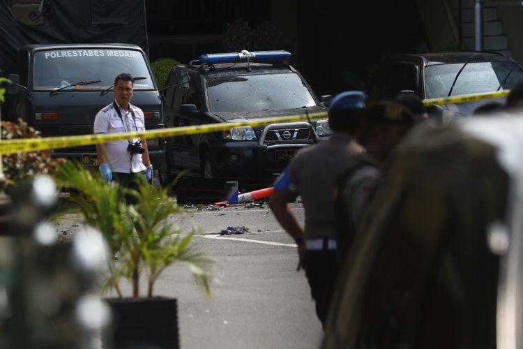 Polisi berjaga pascabom bunuh diri di Mapolrestabes Medan, Sumut, Rabu (13/11/2019). ANTARA FOTO/Irsan Mulyadi/aww.