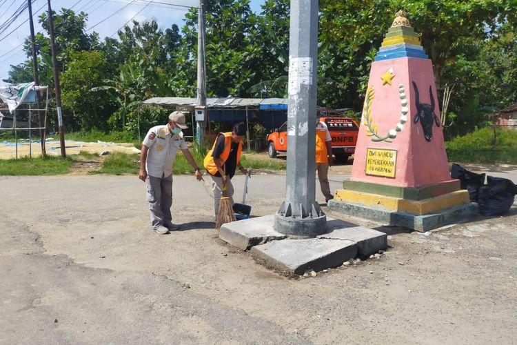 Pelanggar protokol kesehatan di Blora, Jawa Tengah, dihukum menyapu jalan.