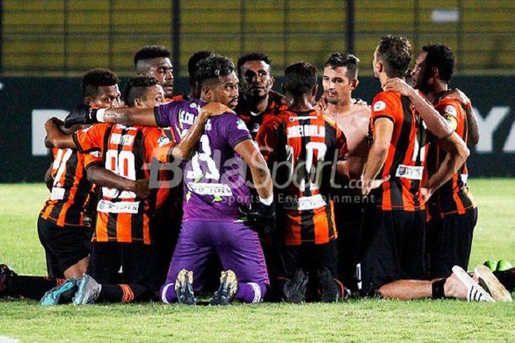 Pemain Perseru Serui merayakan kemenangan mereka atas PS Tira pada laga lanjutan Liga 1