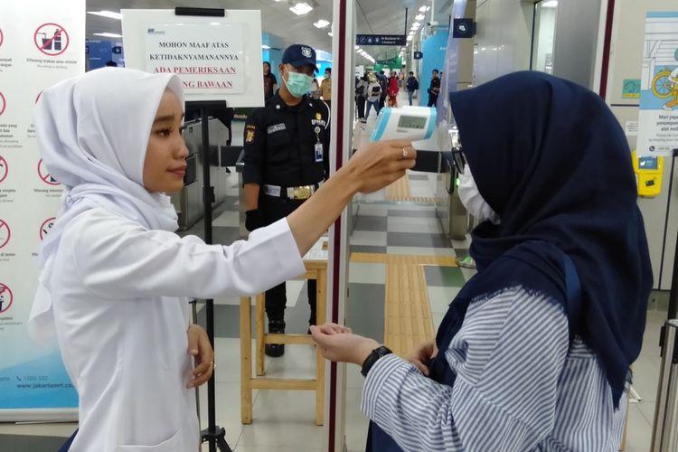 pemeriksaan suhu badan di stasiun MRT Lebak Bulus, Jakarta Selatan, Rabu (4/3/2020)