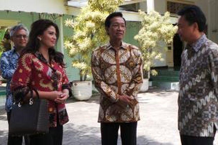 Duta Besar Indonesia untuk Amerika Serikat, Dino Patti Djalal bersama istrinya, Rosa Rai Djalal, bertemu Sri Sultan Hamengku Buwono X di Keraton Ngayogyakarta Hadiningrat, Rabu (9/10/2013).