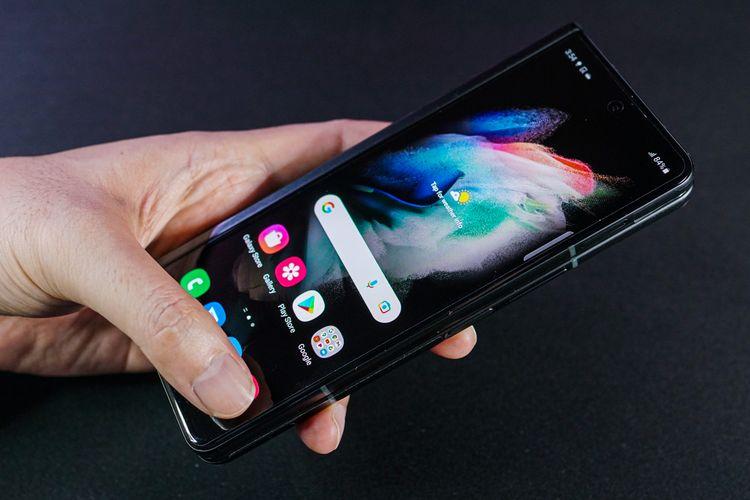 Cover Screen membuat Galaxy Z Fold 3 tetap bisa digunakan layaknya ponsel pada umumnya saat sedang dilipat. Layar kedua ini sekarang menggunakan panel Dynamic AMOLED 2x (2.268 x 832 piksel) dengan aspect ratio 24,5:9 dan refresh rate 120 Hz
