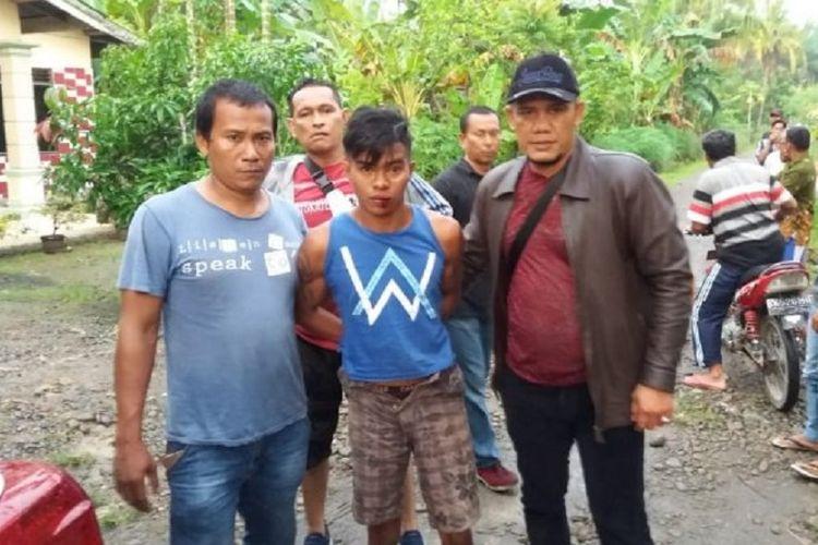 Tersangka pembunuhan biduan keyboard diamankan Sat Reskrim Polres Langkat, Senin (8/10/2018).