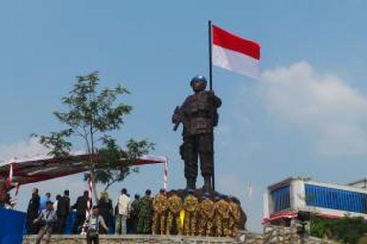 Patung Penjaga Perdamaian di kawasan Indonesia Peace and Security Center (IPSC), Bogor, menjadi salah satu dari tiga simbol perdamaian dunia. Ketiga simbol itu diresmikan oleh Presiden Susilo Bambang Yudhoyono, Selasa (16/8/2014). IPSC merupakan kompleks bangunan yang berisi sejumlah lembaga terkait dengan misi menciptakan perdamaian.