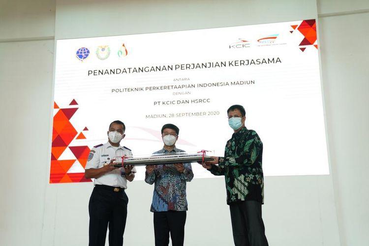 T Kereta Cepat Indonesia China (KCIC) bersama High Speed Railway Contractor Consortium (HSRCC) berkolaborasi dengan Politeknik Perkeretaapian Indonesia (PPI) Madiun, mempersiapkan pelatihan sumber daya manusia untuk persiapan operasional Kereta Cepat Jakarta-Bandung, Senin (28/9/2020).