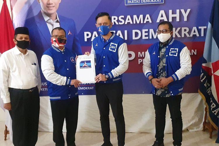 Ketua Umum Partai Demokrat Agus Harimurti Yudhoyono menyerahkan surat rekomendasi kepada Denny Indrayana dan Difriadi untuk pencalonan di Pilkada Kalimantan Selatan 2020 di Kantor DPP Partai Demokrasi, Jakarta, Senin (3/8/2020).
