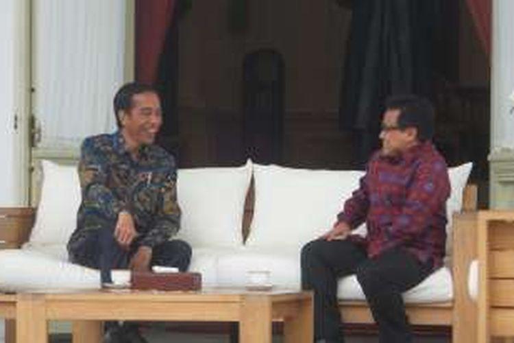 Suasana bincang santai antara Presiden Joko Widodo dengan Ketua Umum PKB Muhaimin Iskandar di Beranda Istana Merdeka Jakarta pada Selasa (29/11/2016))