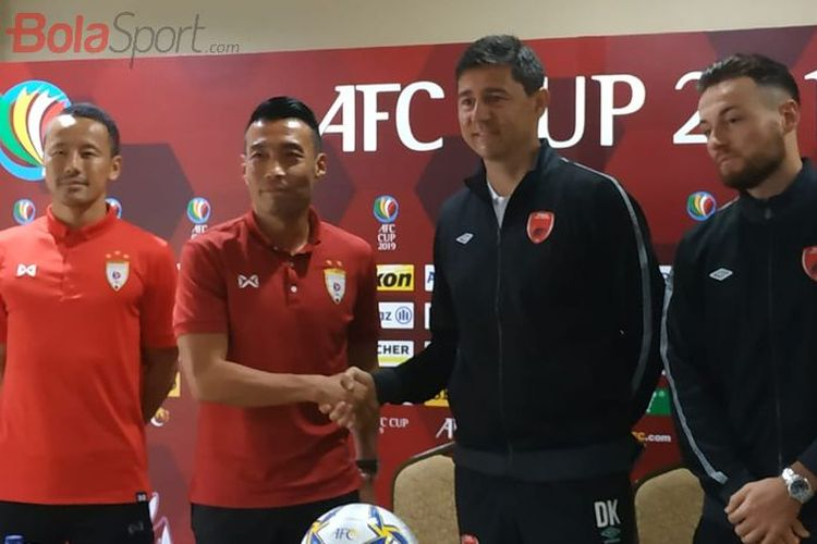 Pemain dan pelatih Lao Toyota Kazuo Honma, Jun Fukuda, pelatih dan pemain PSM Makassar Darije Kalezic serta Marc Klok.