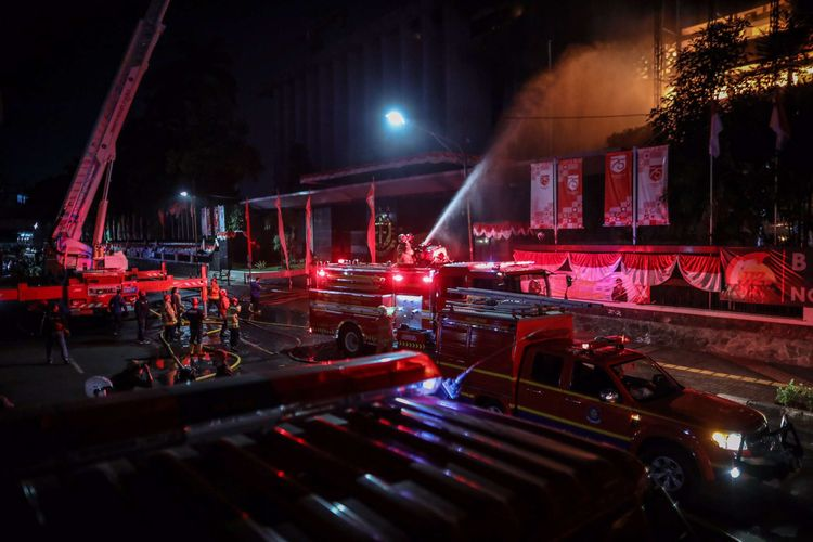 Kebakaran di Gedung Kejaksaan Agung, Jalan Sultan Hasanudin Dalam, Kecamatan Kebayoran Baru, Jakarta Selatan, Sabtu (22/8/2020) malam. Hingga saat ini, 31 unit pemadam kebakaran dan 135 personel diterjunkan untuk memadamkan api.