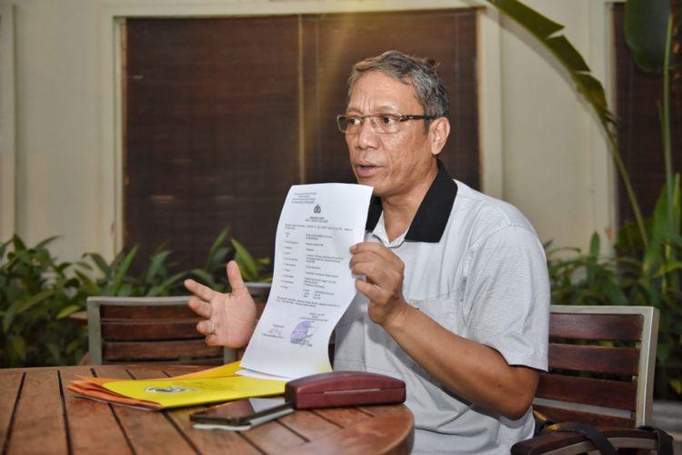 Tim kuasa hukum Deddy-Dedi, Hotma Agus Sihombing menunjukkan pelaporan penyebar video dukun palsu ke Polda Jabar.