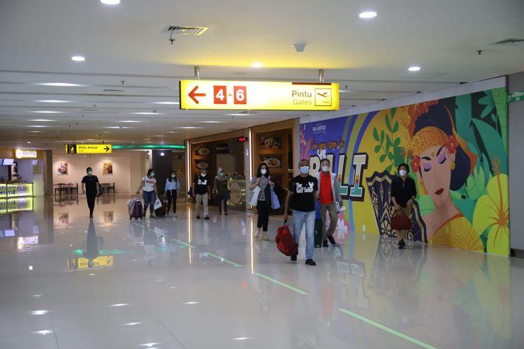 Para penumpang pesawat selama periode Nataru 2020/2021 di Bandara I Gusti Ngurah Rai