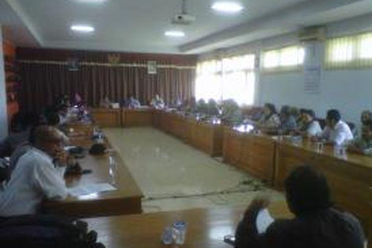 Warga bantaran rel kereta api di Kelurahan Panjang dan Lodoyong, Ambarawa, Kabupaten Semarang, Senin (5/5/2014) siang mengadu ke DPRD setempat. Warga takut terkena penggusuran proyek reaktivasi rel ambarawa-kedungjati