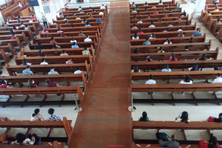 Gereja Katolik Roh Kudus Katedral Denpasar membatasi jumlah jemaat saat Misa Natal di tengah pandemi Covid-19.
