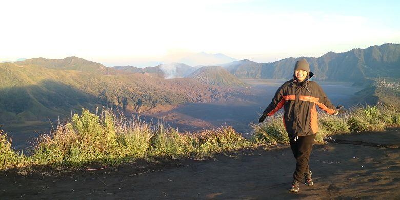 Wisatawan menikmati panorama Gunung Bromo dan Gunung Batok dari Puncak B29, Desa Argosari, Kecamatan Senduro, Kabupaten Lumajang, Jawa Timur, Selasa (11/4/2017). Puncak B29 adalah salah satu spot untuk menikmati momen matahari terbit.