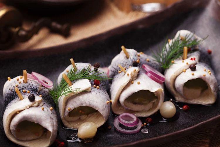 Acar ikan herring untuk pergantian tahun baru di Polandia dan Skandinavia