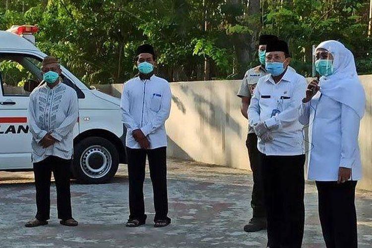 Gubernur Jawa Timur Khofifah Indar Parawansa turut hadir mengantarkan jenazah adik iparnya, almarhum H Ahmad Fauzi, ke Desa Jabon Kecamatan Jombang Kabupaten Jombang, yang meninggal Rabu (23/9/2020) siang