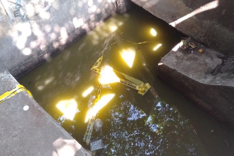 Lokasi ditemukannya jasad korban kecelakaan lalulintas di danau Cibubur, Jakarta Timur, Senin (27/7/2020).