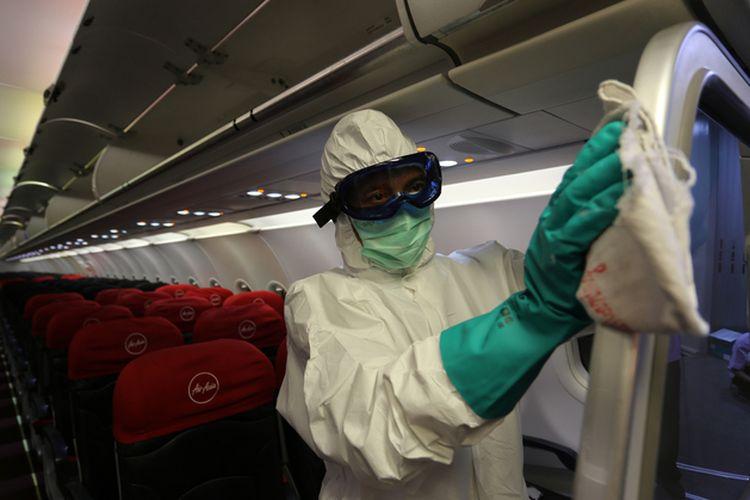 Petugas membersihkan bagian pesawat dengan disinfektan