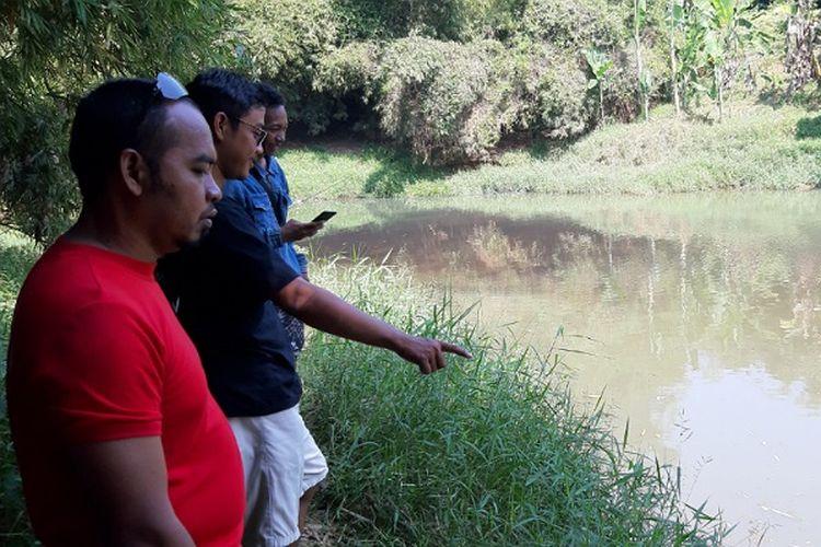 Warga dan relawan peduli satwa menyisir Sungai Kuripan Kota Pekalongan Jawa Tengah untuk menangkap buaya muara yang kerap terlihat.