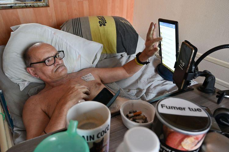 Alain Cocq, yang menderita penyakit langka pada pembuluh darahnya, beristirahat di ranjang rumah sakit pada 12 Agustus 2020 di Dijon, timur laut Perancis. Cocq menjadi perhatian setelah dia berjanji bakal menyiarkan kondisi kematiannya di media sosial. Dia sudah menulis surat kepada Presiden Emmanuel Macron agar diizinkan menjalani eutanasia, namun ditolak.