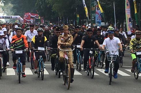 Pakai Baju ala Bung Tomo, Jokowi Gowes Sepeda Tua di Bandung