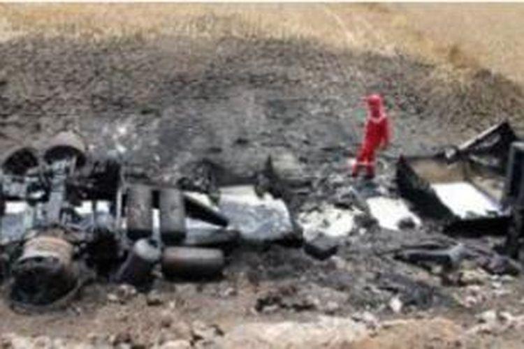 TERBAKAR - Petugas Pemadam tengah memadamkan api yang membakar truk tangki L 9251 UQ yang mengangkut 24.000 liter solar dan 8.000 liter premium milik Pertamina.