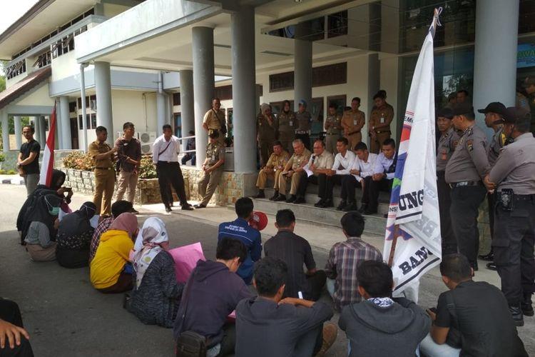 Masyarakat Peduli Transparansi dan Demokrasi (MPTD) saat mendatangi kantor gubernur Kepulauan Bangka Belitung, Senin (30/9/2019).