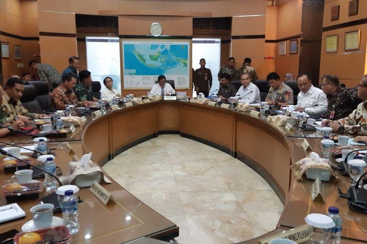 Menteri Koordinator bidang Politik, Hukum dan Keamanan (Menko Polhukam) Mahfud MD memimpin rapat bersama sejumlah menteri di kantor Kemenko Polhukam, Jakarta Pusat, Jumat (27/12/2019).