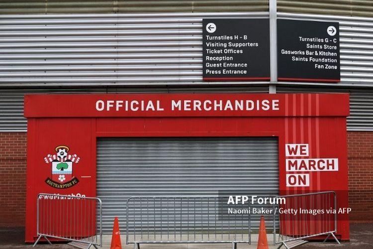 Toko official Merchandise Southampton ditutup di tengah penundaan Premier League, kasta tertinggi Liga Inggris, akibat pandemi virus corona atau Covid-19.