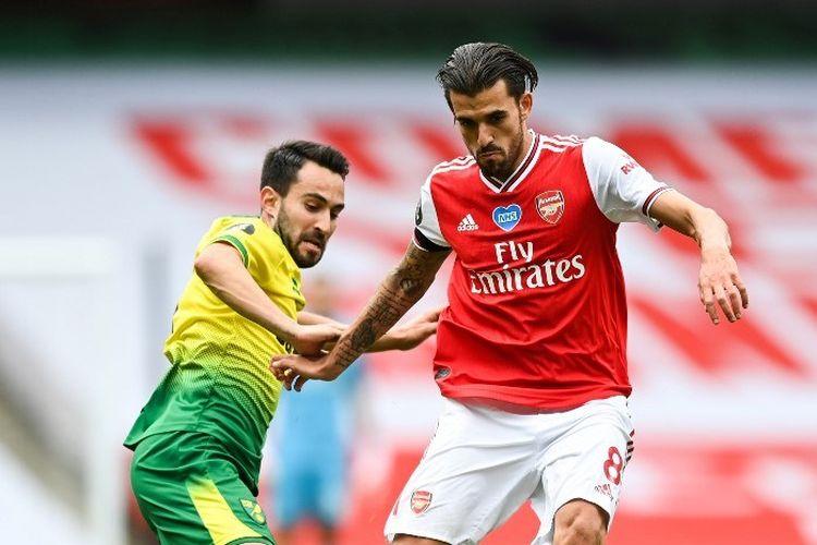 Lukas Rupp (kiri) berduel dengan Dani Ceballos (kanan) pada laga Arsenal vs Norwich City di Stadion Emirates dalam lanjutan pekan ke-32 Premier League, kasta tertas Liga Inggris, Rabu (1/7/2020).
