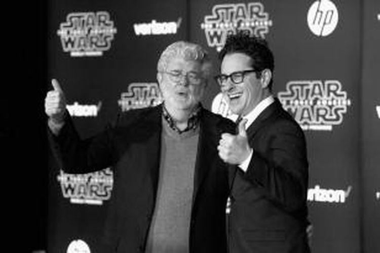 George Lucas (kiri), kreator yang pernah menyutradarai film-film Star Wars, dan JJ Abrams, sutradara Star Wars sekarang, menghadiri pemutaran perdana film Star Wars: The Force Awakens, di Hollywood, California, AS, pada 14 Desember 2015 waktu setempat.