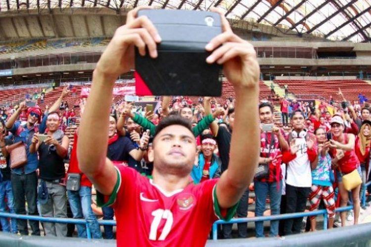 Gelandang tim nasional U-22 Indonesia, Saddil Ramdani, melakukan swafoto seusai pertandingan melawan Thailand, Selasa (15/8/2018).