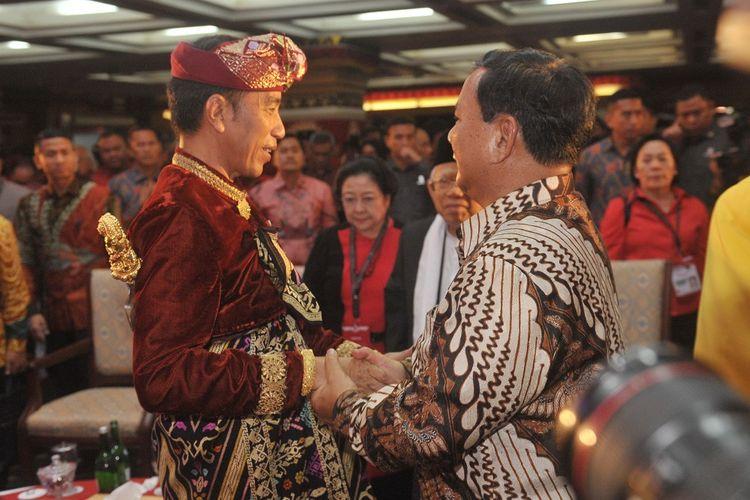 Presiden Joko Widodo (kiri) berjabat tangan dengan Ketua Umum Partai Gerindra Prabowo Subianto saat hadir pada pembukaan Kongres V PDIP di Sanur, Bali, Kamis (8/8/2019). Kongres V PDIP yang berlangsung 8-11 Agustus 2019 tersebut dihadiri sekitar 2.170 peserta dari 514 Dewan Pimpinan Cabang (DPC), 34 Dewan Pimpinan Daerah (DPD), para pengamat dan sejumlah pimpinan partai politik. ANTARA FOTO/Nyoman Budhiana/ama.