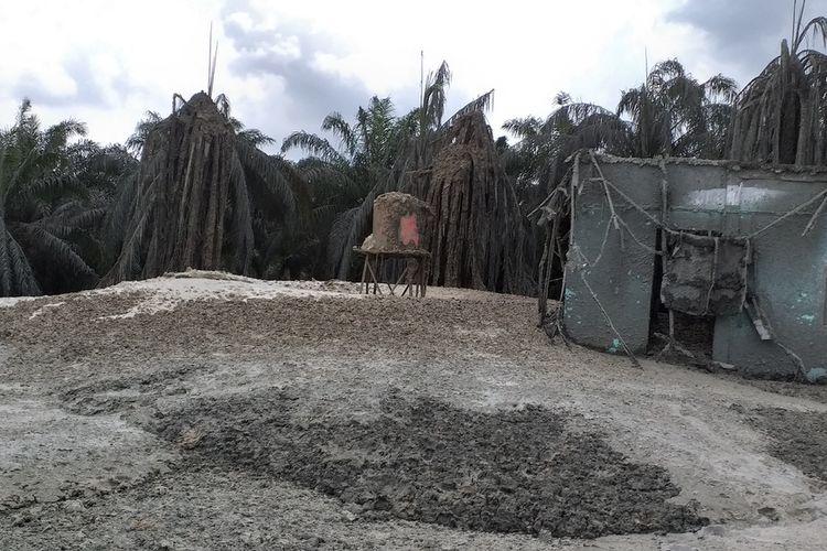 Semburan gas bercampur lumpur memasuki hari keempat di Ponpes Al Ihsan Boarding School Kampus di Kelurahan Tuah Negeri, Kecamatan Tenayan Raya, Kota Pekanbaru, Riau, Minggu (7/2/2021).