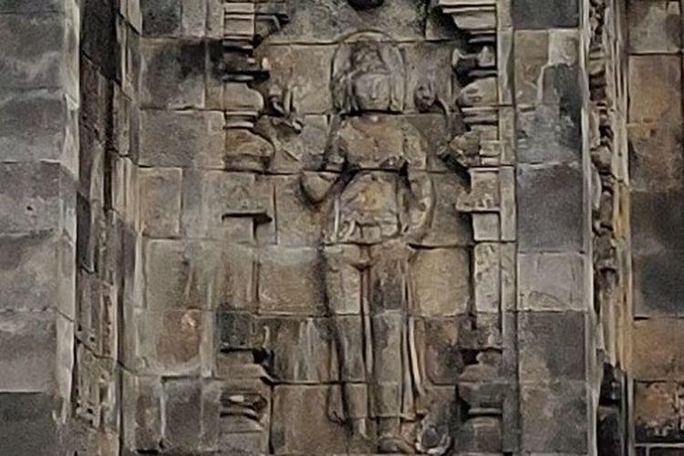Relief di Candi Pawon yang menggambarkan salah satu Dewa yang memiliki lingkaran halo di atas kepalanya. Lingkaran ini mengadaptasi unsur Yunani Kuno.